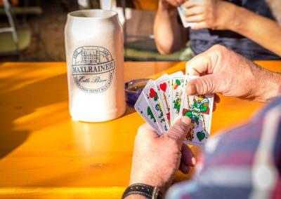 Lustige Kartenspielrunde