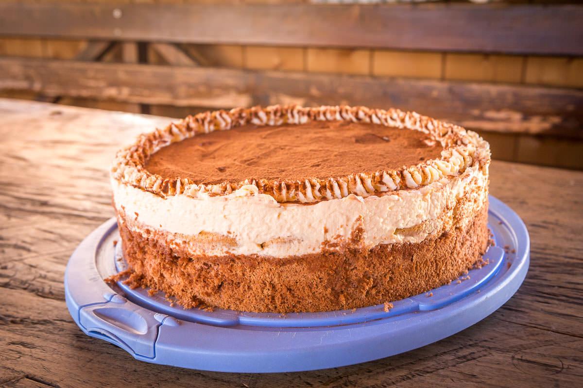 In unserer Bauerngolfhütte servieren wir Ihnen hausgemachten Kuchen und leckere Torten.